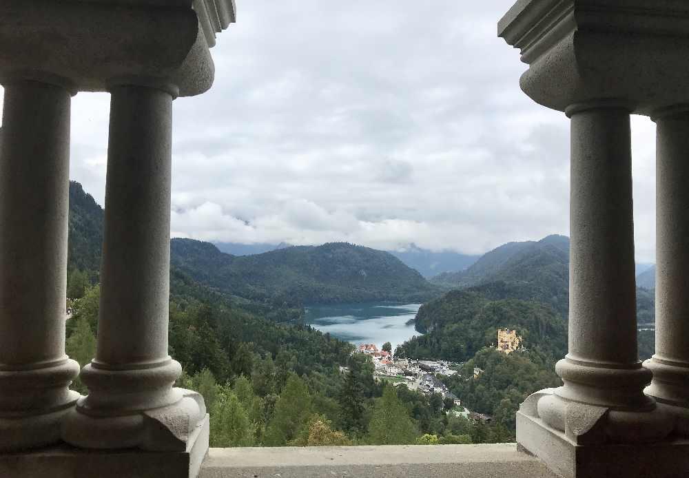 Das ist der Ausblick vom Schloss Neuschwanstein auf den Alpsee und Schloss Hohenschwangau