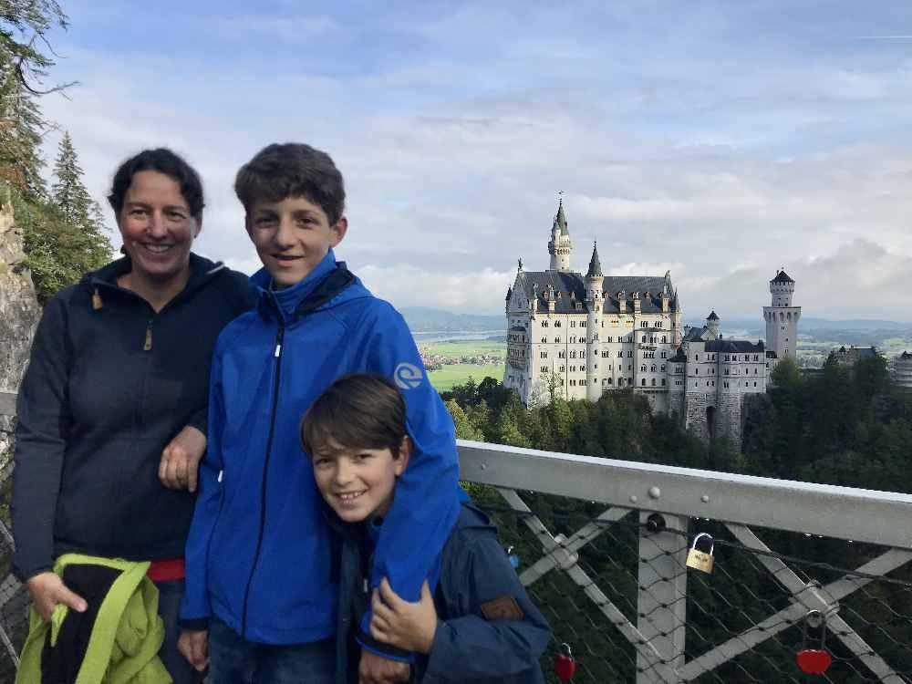 Ausflugsziele bayern mit Kindern: Der Blick von der Marienbrücke auf das Schloss Neuschwanstein - imperiales Bayern mit Kindern!