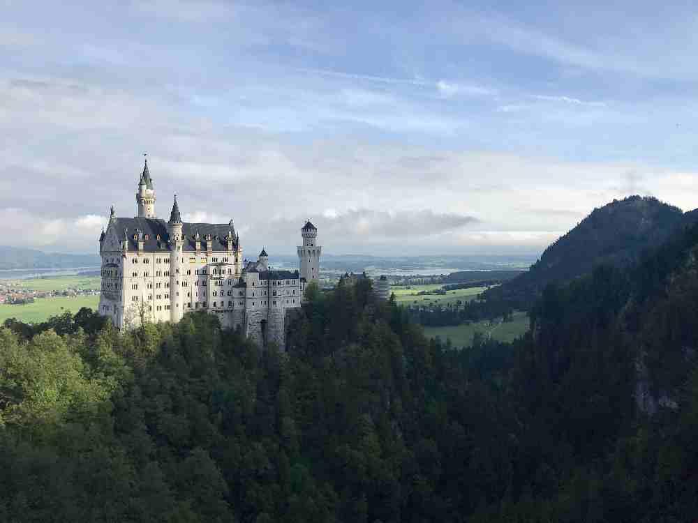 Für diesen Blick lohnt sich der Ausflug mit Kinderwagen: Das Schloss Neuschwanstein von der Marienbrücke gesehen