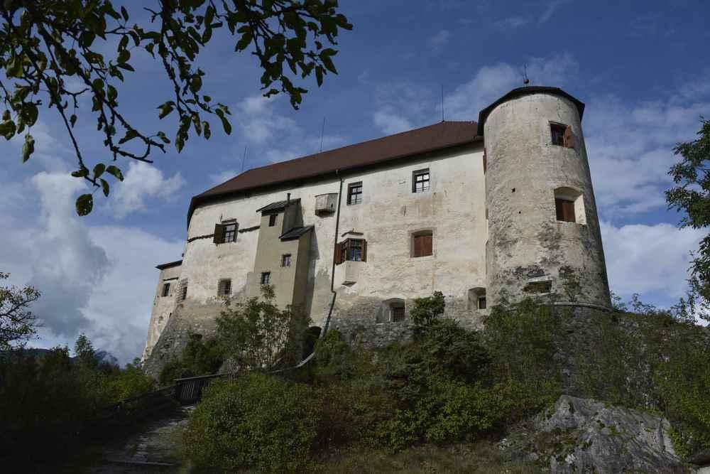 Sieht vom Schlossgarten eher aus wie eine Burg, das Schloss Rodenegg. Unser Sommer - Ausflugsziel in Südtirol