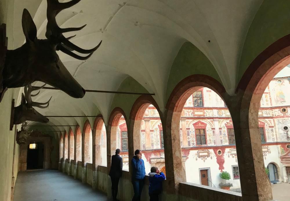 In diesem schönen Arkadengang beginnt unsere Führung durch das Schloss in Tirol
