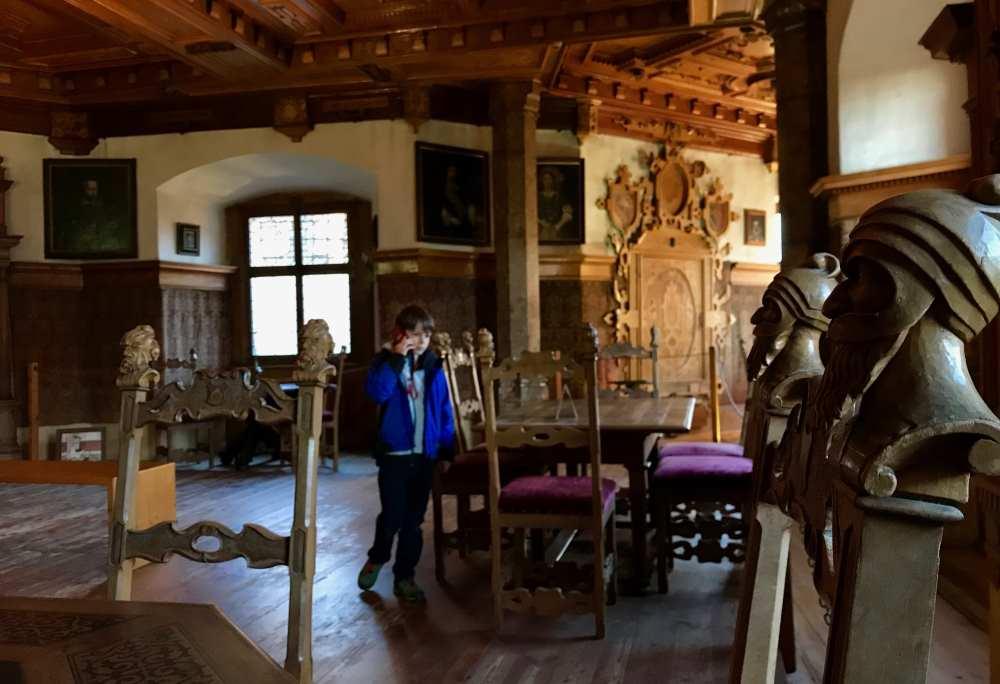 Der Blick ins Königinnenzimmer in Schloss Tratzberg - jeder Stuhl hat andere geschnitzte Figuren