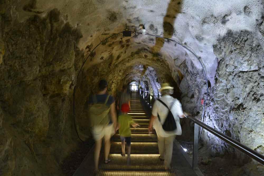 Wir besuchen auch die Schlossbergstollen in unserem Familienurlaub in Graz