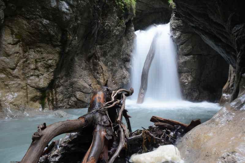 Absolut spannend für Kinder beim Wandern: Die Wasserfälle in einer Klamm, hier die Wolfsklamm in Tirol