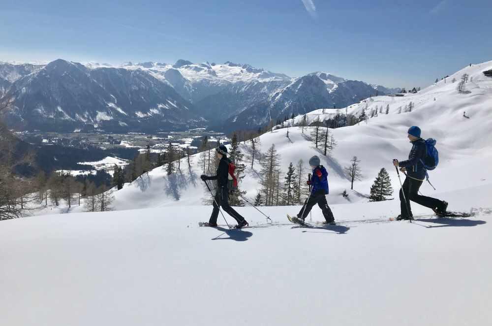 Wintertraum fern der Skipiste - Schneeschuhwandern mit Kindern, hier in Österreich am Loser