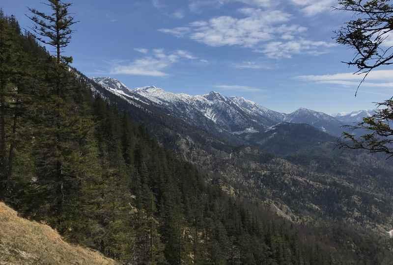 Die Aussicht auf die anderen Gipfel im Höllensteingebirge