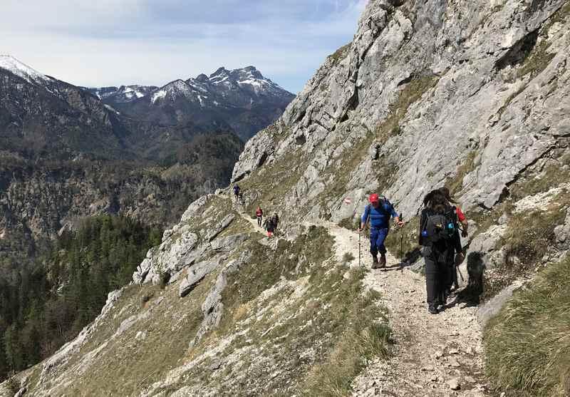 Unterhalb des Gipfels geht es auf dem Wandersteig mit viel Aussicht hinauf