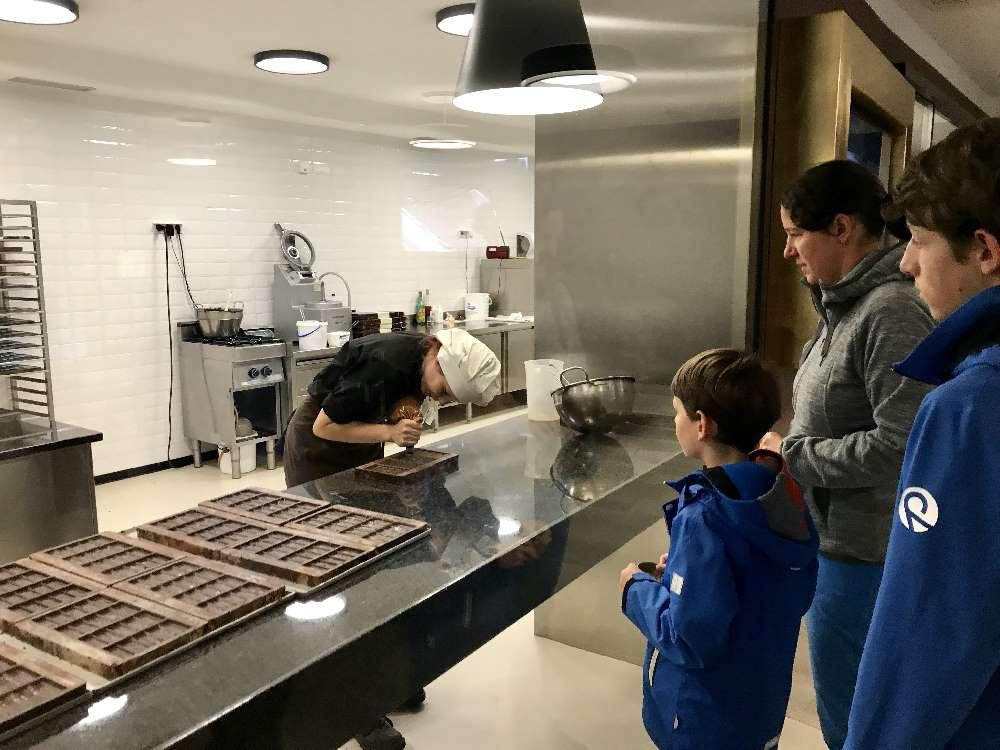 Herbsturlaub mit Kindern: Durch die große Glasscheibe kannst du bei der Schokoladenproduktion von Hand zuschauen