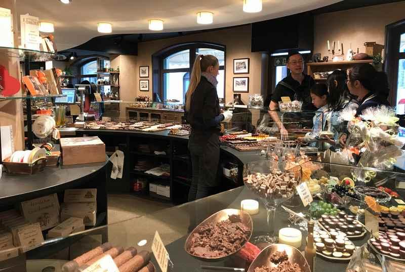 Chocolaterie Amelie Garmisch Partenkirchen: Daneben die Theke mit dem Verkauf der Schokolade