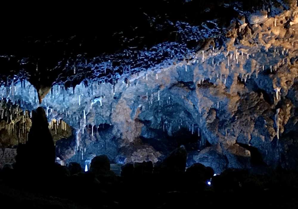 Ausflugsziele Kelheim: Die Tropfsteinhöhle ist ein Naturdenkmal im Altmühltal und fasziniert in blauem Licht