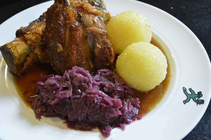 Typisch bayerische Küche: Eine gute Schweinshaxe