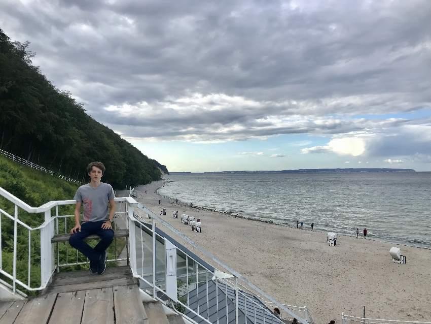 Zur Seebrücke Sellin führen Stufen, auf den Ruhebänken kannst du ausruhen und die Sicht auf´s Meer geniessen