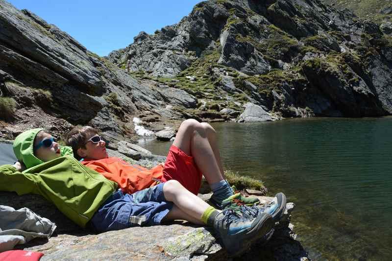Die Kinder entspannen sich auf den Felsen am großen Seefelder See