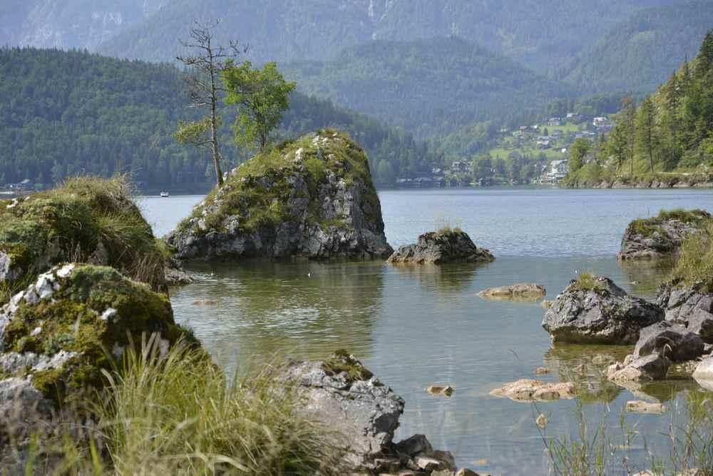 Riesige Steinbrocken liegen im Wasser, eine tolle Landschaft.