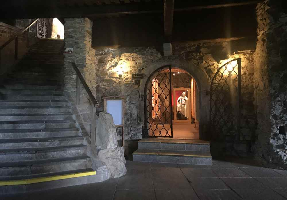 Von hier zweigen die Räume der Burg ab