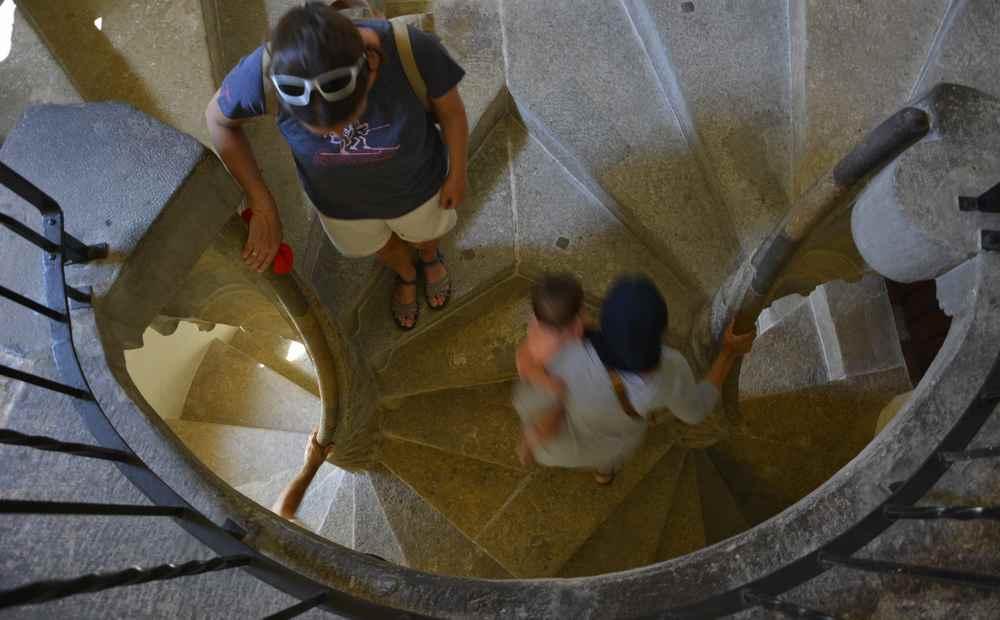 Zählt zu den beliebtesten Sehenswürdigkeiten in Graz und geht gut mit Kindern: Die Doppelwendeltreppe - ein Abgang links, ein Abgang rechts. Unten kreuzen sie sich wieder.