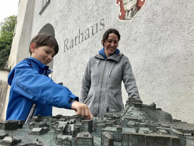 Beim Rathaus in Kufstein mit Kindern ist das tolle Relief mit den Kufstein Sehenswürdigkeiten