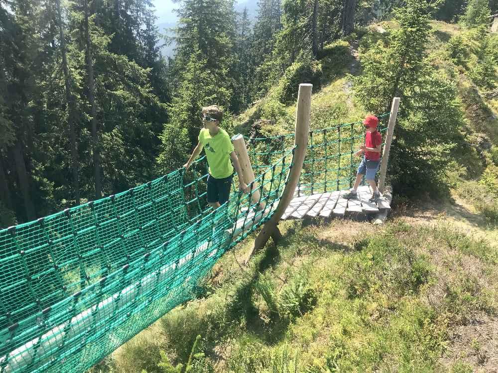 Über die Seilbrücke führt uns der Wandersteig am Spieljoch - toll für die Kinder!