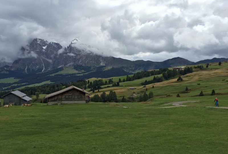 Die weite Almlandschaft mit den vielen Hütten bei unserem Seiseralm Ausflug