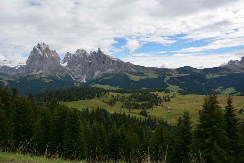 Auf der Seiser Alm mit Kindern in Südtirol: Der Blick von der Bergbahnstation oberhalb von St. Ulrich auf den Langkofel und das weite Almgelände