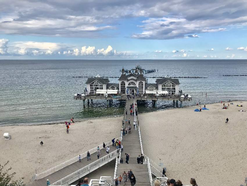 Das ist bekannteste Seebrücke in Rügen - links und rechts mit Strand