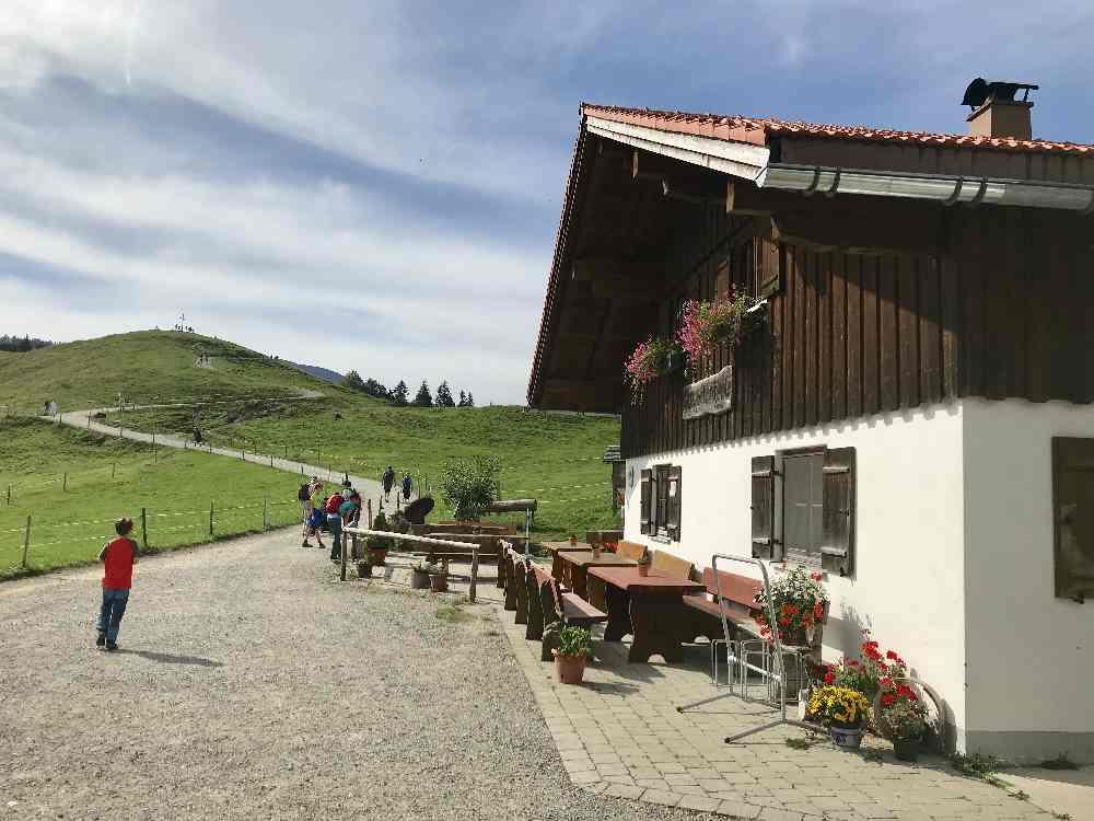 Bei der Sennalpe Oberhündle kannst du schon den Hündle Gipfel mit dem Kreuz sehen