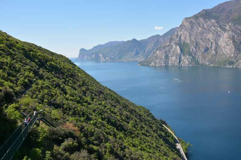 Über diese Treppen führt der schöne Wanderweg am Gardasee mit Kindern