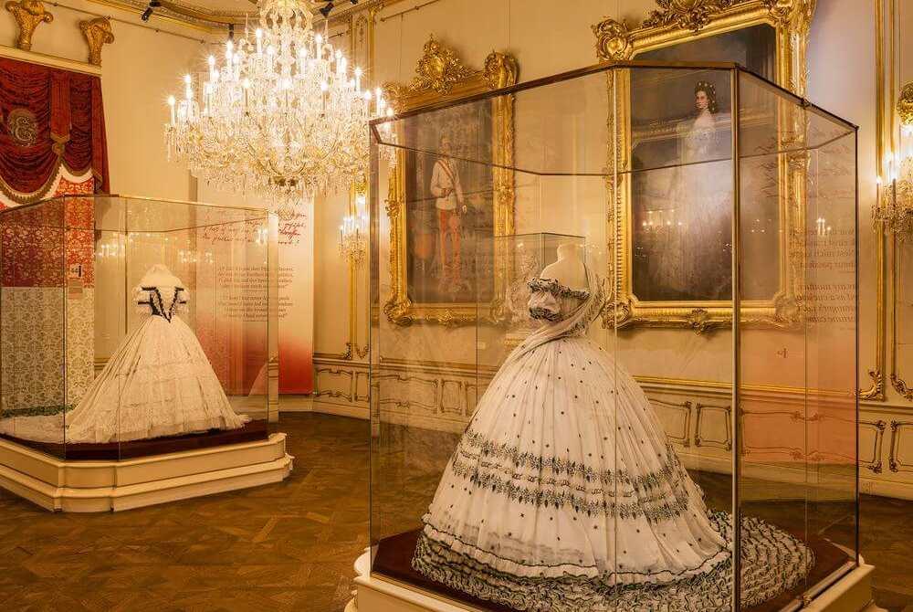Hofburg Wien: Das ist das Polterabendkleid von Sissi, © Schloß Schönbrunn Kultur- und Betriebsges.m.b.H., Foto Alexander Eugen Koller