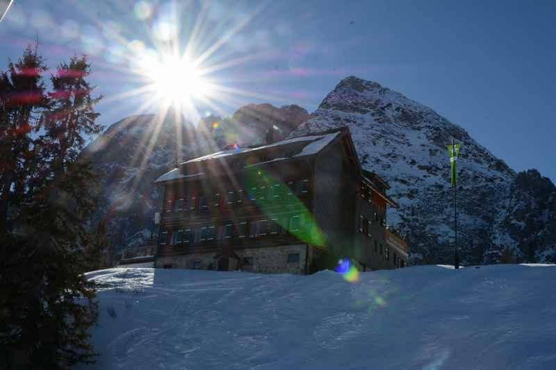 Schöne Skihütten gehören zum Skifahren im Winterurlaub mit Kindern