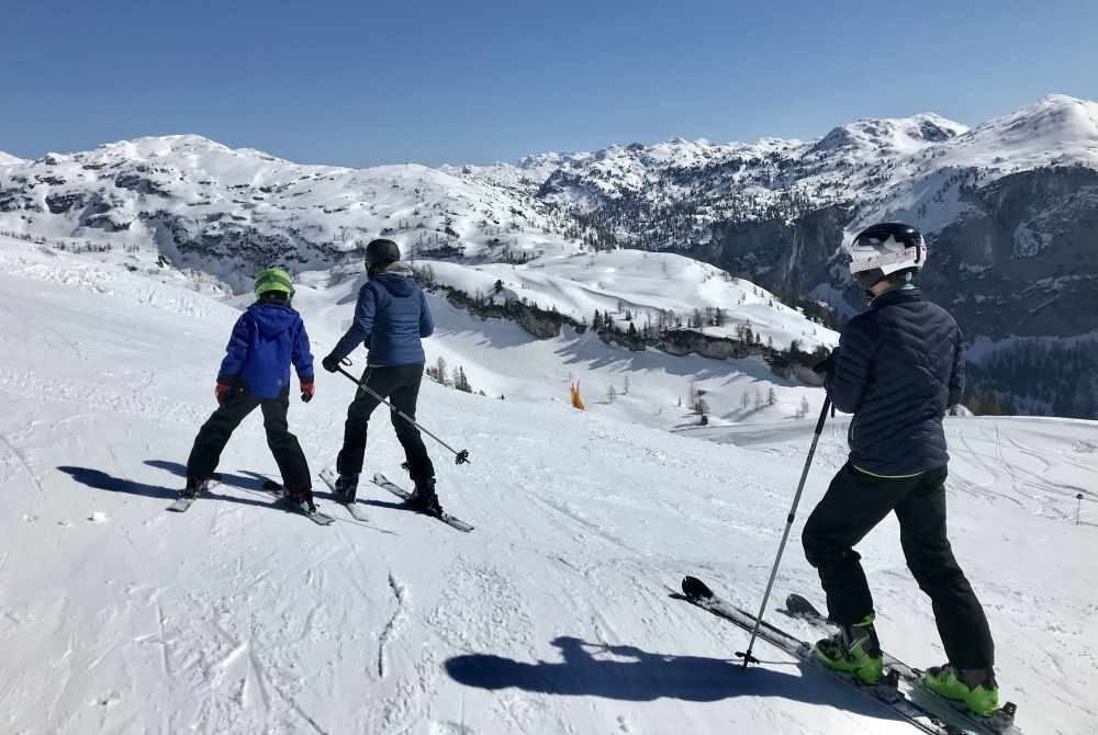 """Loser Skigebiet: Von den Liften starten wir auf die breiten Skipisten mit diesem Ausblick auf das """"Tote Gebirge"""""""