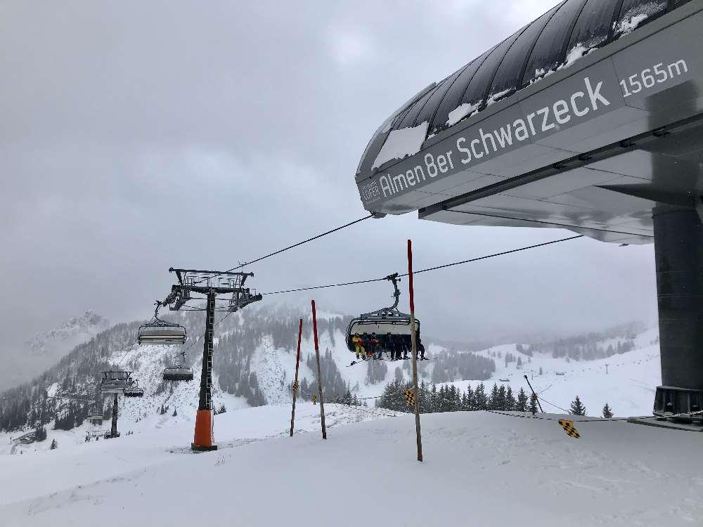Skialm Lofer: Mit der modernen 8er Sesselbahn fahren wir auf das Schwarzeck in der Lofer Almwelt