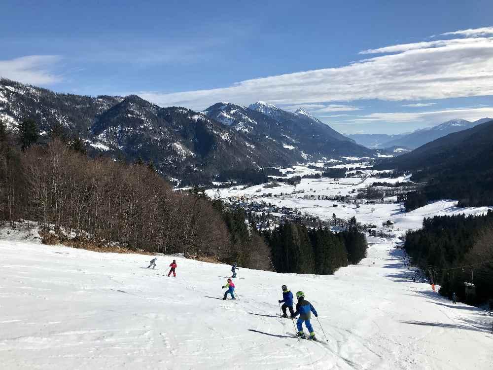Das ist die Aussicht im Skigebiet auf das Gitschtal - im Bild der Skikurs der Kinder