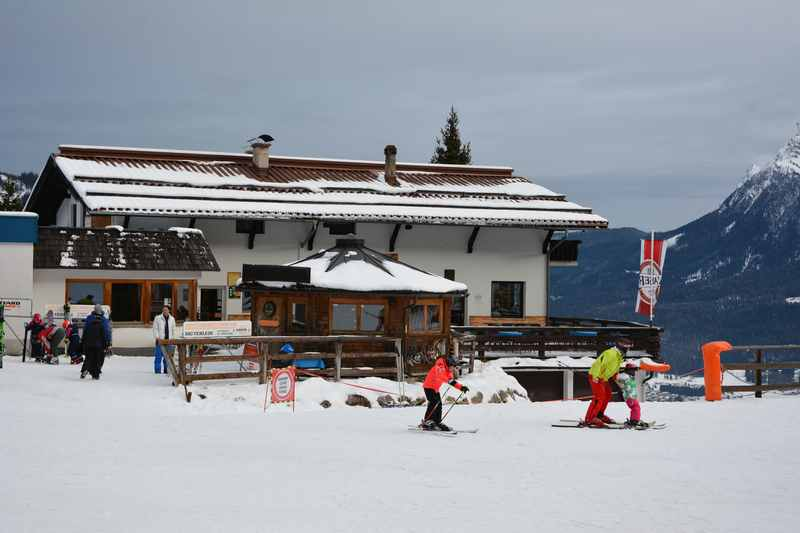 Skitour Grubigstein zur Brettlalm: Die Brettalm bei der Mittelstation der Grubigbahn