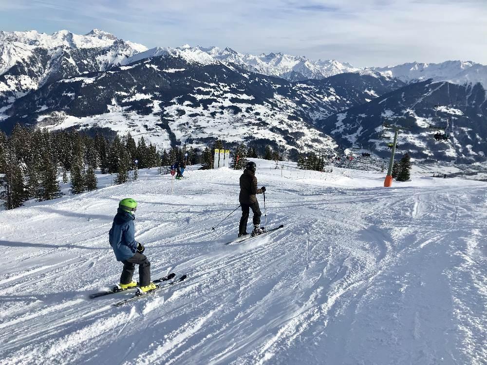 Skiurlaub mit Kindern: Tagsüber auf den Pisten skifahren