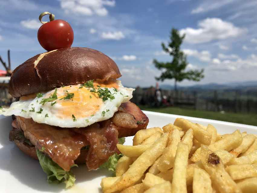 Diesen Allgäu Burger kannst du im Skywalk Restaurant essen