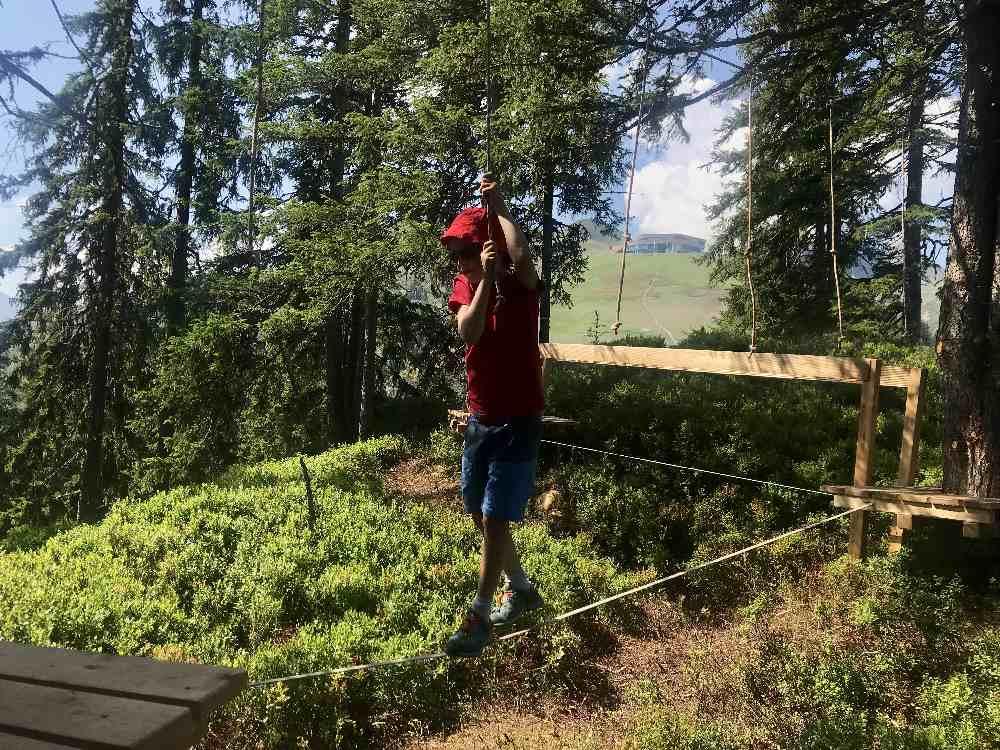 Über unterschiedliche Slacklines wandern die Kinder durch den Wald im Zillertal