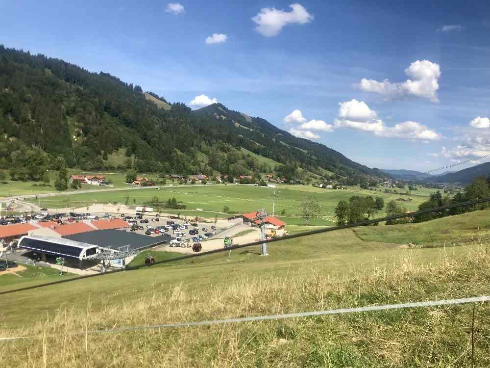 Der Ausblick auf das Allgäu bei der Auffahrt mit der Hündle - Sommerrodelbahn