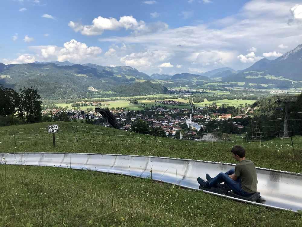 Die schönsten Sommerrodelbahnen in Bayern mit Kindern: Das Hocheck in Oberaudorf, die Hündle Sommerrodelbahn und der Coaster in Oberammergau