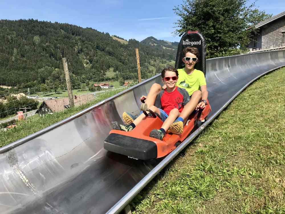 Familienurlaub Allgäu:  Unsere Kinder hatten viel Spaß auf der Sommerrodelbahn am Hündle