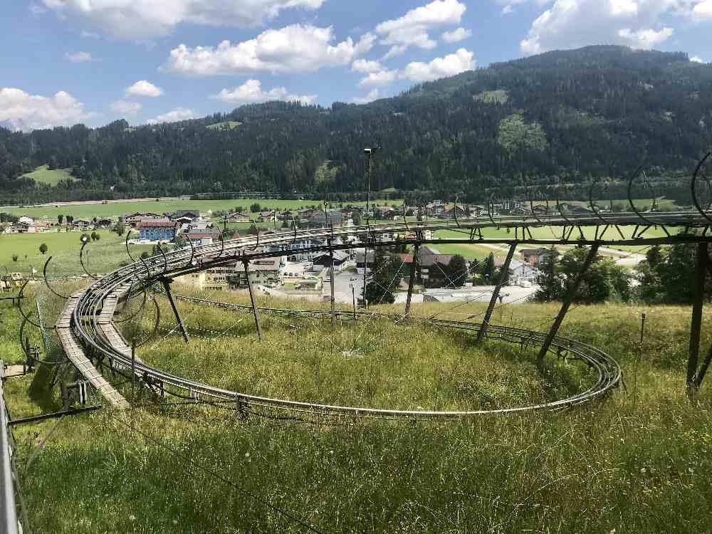 Sommerrodeln Salzburg:  Das ist einer von 5 Kreiseln, der uns auf der Abfahrt in den Sitz drücken wird