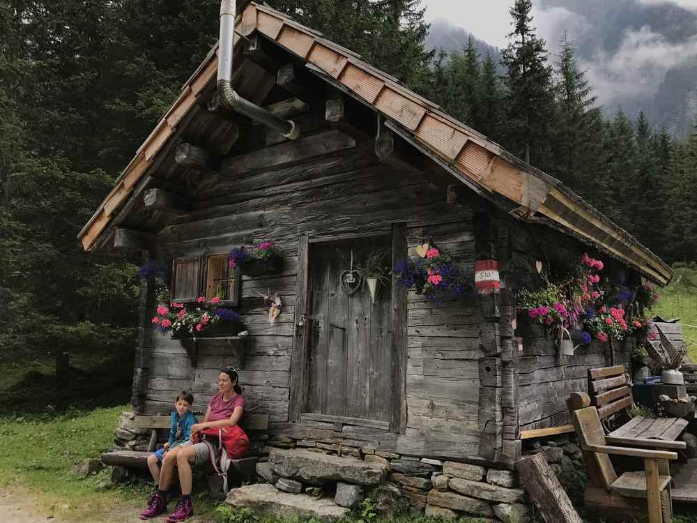 Rast vor der Holzhütte im Sommerurlaub mit Kindern in den Bergen - hier in Mallnitz in Kärnten