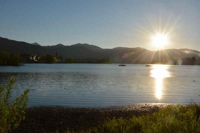 So schön ist der Sonnenuntergang am See in Bayern
