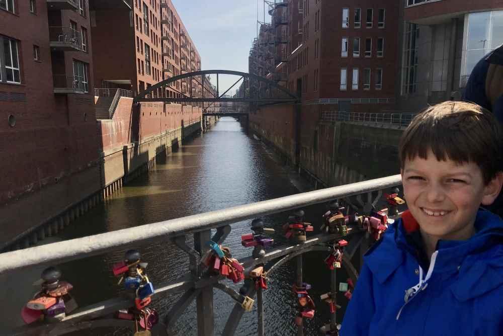 Auf dem Weg von der Hafencity zu den Landungsbrücken: Der Blick in die Speicherstadt Hamburg