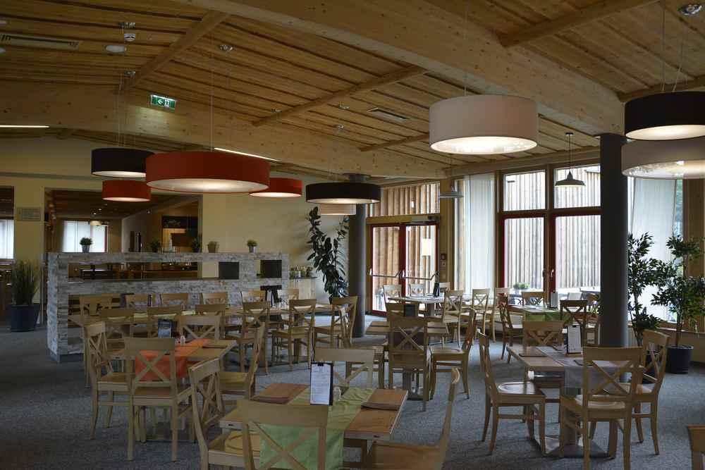 Das ist der große Speiseraum im JUFA Annaberg, es gibt auch Sitzstühle für kleinere Kinder