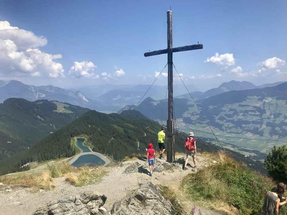 Unsere Spieljoch Wanderung mit Kindern zum Gipfel, mit Ausblick auf das Zillertal