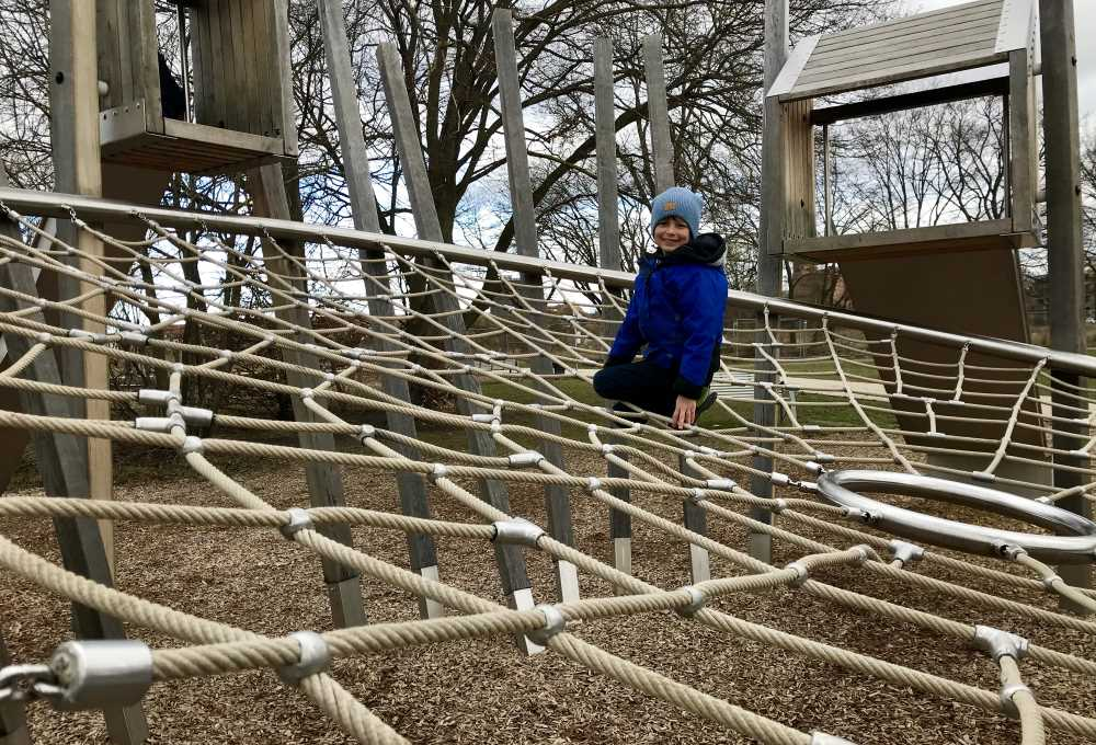 Das ist das große Spinnennetz zum Klettern, gut zum Spielen für kleinere Kinder