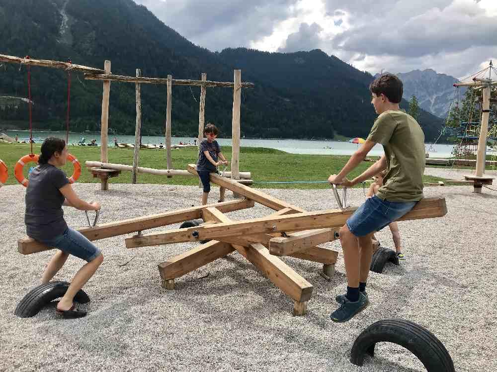Noch ein besonderes Spielgerät am Atoll Spielplatz am Achensee: Eine Wippe für 4 Personen!