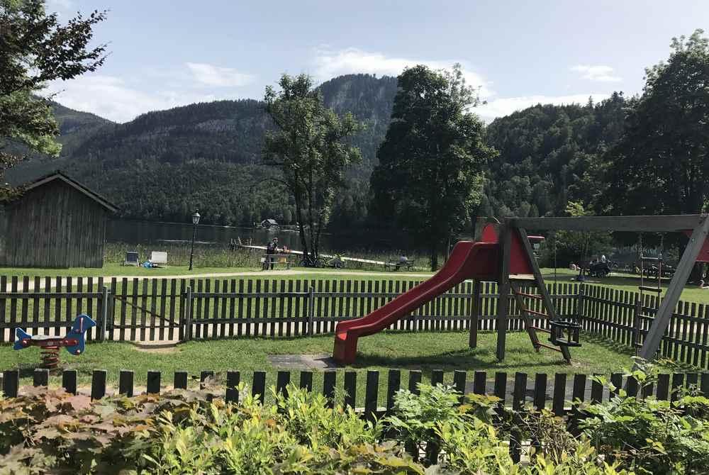 Dort ist auch der Spielplatz am Altausseersee zum Spielen für die Kinder