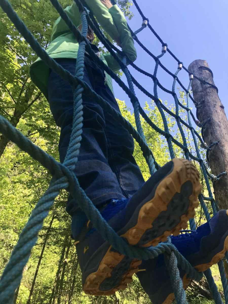 Noch schnell auf das Netz am Spielplatz klettern und dann weiter zum Wasserfall im Zillertal