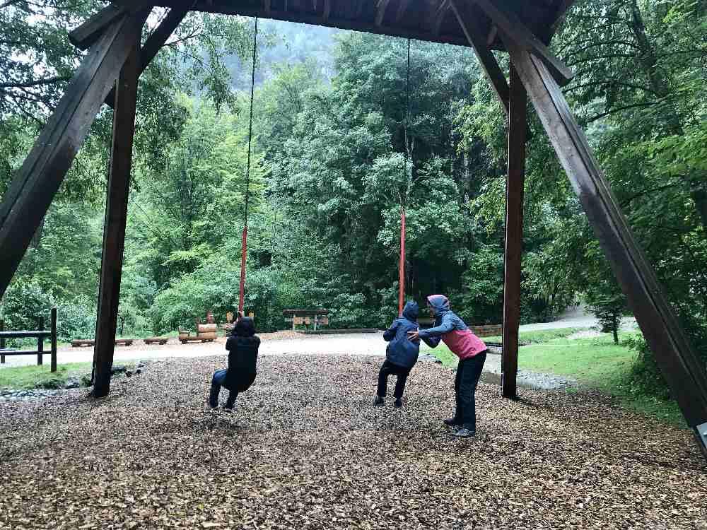 Am Anfang beim Bergwaldpfad - dem Walderlebnisweg in Füssen - ist für Kinder dieser Spielplatz